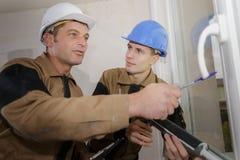 Εργαζόμενος που δείχνει στο εξόγκωμα πορτών ` s γυαλιού στοκ φωτογραφία με δικαίωμα ελεύθερης χρήσης