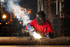 Εργαζόμενος που ενώνει στενά τη δομή σωλήνων χάλυβα Στοκ εικόνα με δικαίωμα ελεύθερης χρήσης