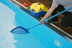 Εργαζόμενος που καθαρίζει τη λίμνη Αυτόματοι καθαριστές λιμνών Στοκ εικόνες με δικαίωμα ελεύθερης χρήσης