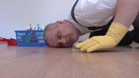 Εργαζόμενος που καθαρίζει φυλλόμορφο στενό επάνω φιλμ μικρού μήκους
