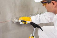 Εργαζόμενος που καθορίζει ένα πηχάκι Στοκ Φωτογραφία