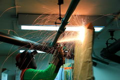 Εργαζόμενος που κόβει τον παλαιό σωλήνα χάλυβα Στοκ φωτογραφία με δικαίωμα ελεύθερης χρήσης