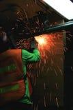 Εργαζόμενος που κόβει τον παλαιό σωλήνα χάλυβα Στοκ Εικόνες