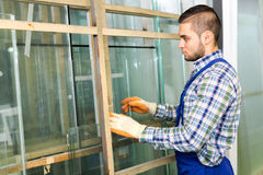 Εργαζόμενος που μετρά το γυαλί στο εργοστάσιο Στοκ Εικόνες