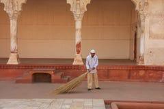 Εργαζόμενος που σκουπίζει στον κήπο σταφυλιών Anguri Bagh στο οχυρό Agra, Utta Στοκ Φωτογραφία