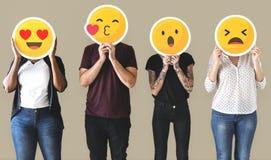 Εργαζόμενος που στέκεται και που κρατά τα emojis προσώπου στοκ φωτογραφία με δικαίωμα ελεύθερης χρήσης