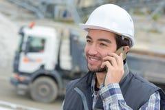 Εργαζόμενος που συζητά πέρα από το smartphone Στοκ φωτογραφία με δικαίωμα ελεύθερης χρήσης