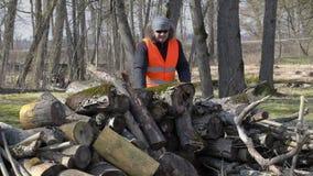 Εργαζόμενος που συσσωρεύει το ξύλο φιλμ μικρού μήκους