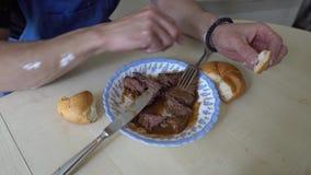 Εργαζόμενος που τρώει τα τρόφιμα 05 φιλμ μικρού μήκους