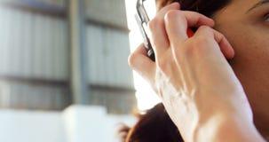 Εργαζόμενος που φορά το κάλυμμα αυτιών φιλμ μικρού μήκους