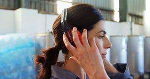 Εργαζόμενος που φορά το κάλυμμα αυτιών απόθεμα βίντεο