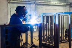 Εργαζόμενος που φορά το προστατευτικό εργαλείο Στοκ εικόνες με δικαίωμα ελεύθερης χρήσης