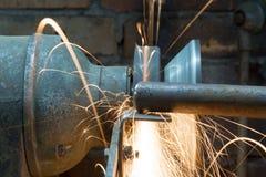 Εργαζόμενος που χρησιμοποιεί τον τροχό άλεσης στο εργαστήριο Στοκ Εικόνες