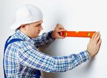 Εργαζόμενος που χρησιμοποιεί το επίπεδο πνευμάτων Στοκ φωτογραφία με δικαίωμα ελεύθερης χρήσης