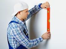 Εργαζόμενος που χρησιμοποιεί το επίπεδο πνευμάτων Στοκ εικόνες με δικαίωμα ελεύθερης χρήσης