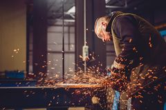 Εργαζόμενος που χρησιμοποιεί το μύλο γωνίας Στοκ φωτογραφία με δικαίωμα ελεύθερης χρήσης
