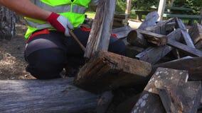 Εργαζόμενος που χρησιμοποιεί το σφυρί κοντά στους ξύλινους πίνακες φιλμ μικρού μήκους