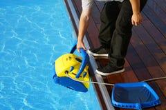 Εργαζόμενος προσωπικού ξενοδοχείων που καθαρίζει τη λίμνη Αυτόματοι καθαριστές λιμνών Στοκ Φωτογραφίες