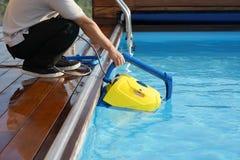 Εργαζόμενος προσωπικού ξενοδοχείων που καθαρίζει τη λίμνη Αυτόματοι καθαριστές λιμνών Στοκ εικόνες με δικαίωμα ελεύθερης χρήσης