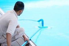 Εργαζόμενος προσωπικού ξενοδοχείων που καθαρίζει τη λίμνη Στοκ φωτογραφία με δικαίωμα ελεύθερης χρήσης