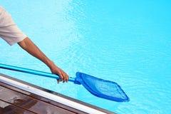 Εργαζόμενος προσωπικού ξενοδοχείων που καθαρίζει τη λίμνη Στοκ Εικόνα