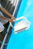 Εργαζόμενος προσωπικού ξενοδοχείων που καθαρίζει τη λίμνη Στοκ Φωτογραφία