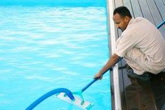 Εργαζόμενος προσωπικού ξενοδοχείων που καθαρίζει τη λίμνη Στοκ εικόνα με δικαίωμα ελεύθερης χρήσης