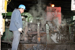 Εργαζόμενος σε ένα εργοστάσιο βιομηχανίας στοκ εικόνα με δικαίωμα ελεύθερης χρήσης