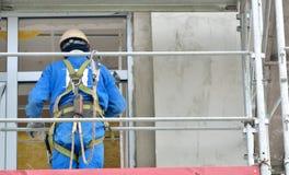 Εργαζόμενος σε ένα ικρίωμα Στοκ εικόνα με δικαίωμα ελεύθερης χρήσης