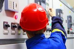 Εργαζόμενος σε ένα κράνος, ο ηλεκτρολόγος Στοκ εικόνα με δικαίωμα ελεύθερης χρήσης