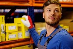 Εργαζόμενος σε μια αποθήκη εμπορευμάτων Στοκ φωτογραφία με δικαίωμα ελεύθερης χρήσης
