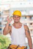 εργαζόμενος σημαδιών εργαλείων εντάξει προστατευτικός εμφανίζοντας Στοκ Φωτογραφία