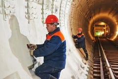 Εργαζόμενος σηράγγων στο υπόγειο εργοτάξιο οικοδομής Στοκ εικόνα με δικαίωμα ελεύθερης χρήσης