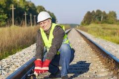 Εργαζόμενος σιδηροδρόμου με το διευθετήσιμο γαλλικό κλειδί Στοκ φωτογραφία με δικαίωμα ελεύθερης χρήσης