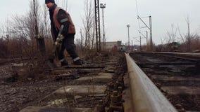Εργαζόμενος σιδηροδρόμων Σημείο διακοπτών σιδηροδρόμων απόθεμα βίντεο