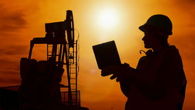 Εργαζόμενος σκιαγραφιών και αντλία πετρελαίου απόθεμα βίντεο