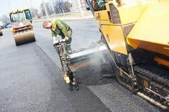 Εργαζόμενος στην ασφαλτόστρωση των εργασιών Στοκ φωτογραφία με δικαίωμα ελεύθερης χρήσης