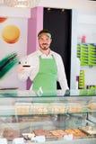 Εργαζόμενος στην εκμετάλλευση καταστημάτων ζύμης cupcake Στοκ εικόνες με δικαίωμα ελεύθερης χρήσης