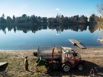 Εργαζόμενος στην εργασία κατά μήκος του ποταμού Ticino σε Sesto calende Ιταλία, TR στοκ φωτογραφία