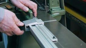 Εργαζόμενος στη μηχανή βιομηχανίας, τέμνον πλαίσιο στο εργαστήριο Στοκ φωτογραφίες με δικαίωμα ελεύθερης χρήσης