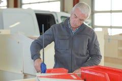 Εργαζόμενος στο γκαράζ αποθηκών εμπορευμάτων Στοκ εικόνα με δικαίωμα ελεύθερης χρήσης