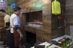 Εργαζόμενος στο εστιατόριο Στοκ φωτογραφία με δικαίωμα ελεύθερης χρήσης