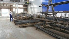 Εργαζόμενος στο κύλισμα μετάλλων Κινηματογράφηση σε πρώτο πλάνο σφραγίδων και γωνιών μετάλλων στο υπόβαθρο εγκαταστάσεων απόθεμα βίντεο