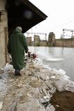 εργαζόμενος στο πρόγραμμα ανθρωπιστικής βοήθειας πλημμυρών Στοκ φωτογραφία με δικαίωμα ελεύθερης χρήσης