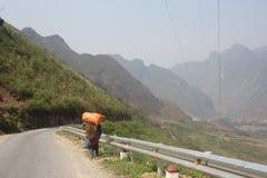 Εργαζόμενος στο δρόμο στα βουνά εκταρίου Giang, βόρειο Βιετνάμ Στοκ Φωτογραφία