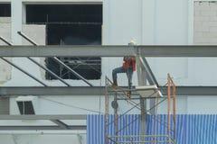 Εργαζόμενος συγκόλλησης στις δομές χάλυβα για την κατασκευή εργοστασίων Στοκ Εικόνες