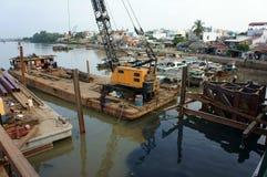 Εργαζόμενος της Ασίας, εργοτάξιο οικοδομής, νερό, ικρίωμα Στοκ φωτογραφία με δικαίωμα ελεύθερης χρήσης
