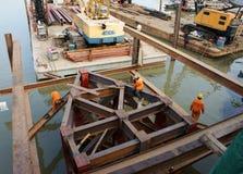 Εργαζόμενος της Ασίας, εργοτάξιο οικοδομής, νερό, ικρίωμα Στοκ φωτογραφίες με δικαίωμα ελεύθερης χρήσης
