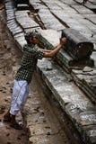 εργαζόμενος της ΟΥΝΕΣΚΟ πετρών αποκατάστασης σημαδιών angkor wat Στοκ φωτογραφία με δικαίωμα ελεύθερης χρήσης
