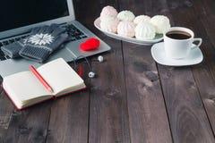 Εργαζόμενος τη νύχτα, lap-top και φλιτζάνι του καφέ στον πίνακα Στοκ Φωτογραφία